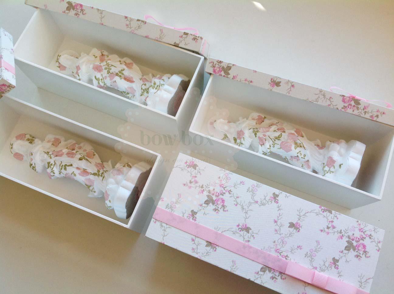 em estampa rosa nas caixas de madeira com a tampa revestida em tecido #816D4A 1296x968